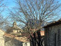 En haut du village, vues sur les clochers et le Pic Saint-Loup