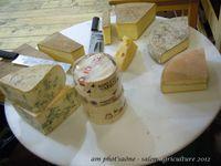 des tâches, du lait, du fromage...