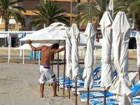 """""""Sombrillas"""" sur la plage, ordonnées comme à la parade et embellies par les soins d'Eric (prénom exotique pour un espagnol) le plagiste....un rayo de sol, amigos!"""