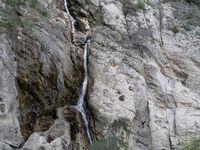 En amont les méandres des gorges aux eaux bleu- turquoise. Site très fréquenté à la haute saison mais très dangereux.