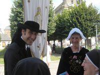 Déjà dans la maison de Nantes, les deux pélerins en costumes bretons nantais en marche vers Sainte Anne d'Auray