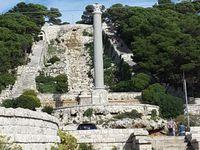 La Basilique forteresse se dresse sur le promontoire, un escalier monumental y conduit depuis Leuca