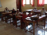 """Coucou, une dernière journée haute en couleurs à Amed. Notre petite fabrik a pêché un espadon ce matin une partie a fini dans l'assiette de maman ! Nous sommes allés visiter ĺ´' école primaire d'Amed...enfin nous sommes allés faire un tour à la fête du village qui célébrait la """"full Moon"""". Gros bisous Paloma...et demain direction Gilli Air &#x3B;)"""