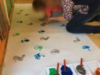 Les bambins préparent la déco du spectacle !