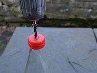 Laissez le bouchon vissé sur la bouteille pour faire les trous.