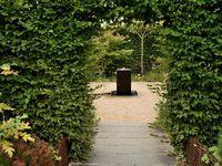 Dans le jardin de senteurs, aux plessis de métal, nous sommes invités à toucher, sentir et goûter. C'est plutôt sympathique.