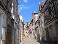 une rue de Joigny- la maison du Pilori-une sculpture d'artiste