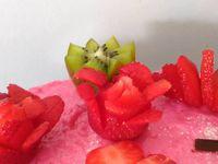 Bavarois vanille arôme cerise et fruits frais (kiwis ,fraises)glaçage chocolat aromatisé à la fraise