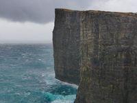 Bout de Sørvágsvatn : voilà, après tu es récompensé par la vue. Si tu es un guerrier, tu peux même traverser l'embouchure du lac, ils ont mis des pierres pour traverser à pieds et arriver sur une gorge. On a passé et fait demi-tour...