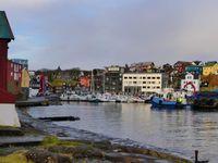 Le port et les Tinganes : de jolies maisons rouges avec de la tourbe sur les toits, le tout au bord de l'eau.