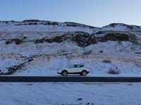 Annie fait des pauses, malgré le soleil couchant et la route verglacée (jaune sur le site des routes d'Islande)