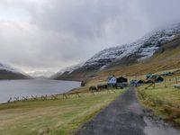 L'intersection entre le tunnel et la route de Viðoy puis notre route vers Múli, la-ville-non-le-village-abandonné en face de Viðareiði