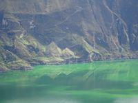 Après le petit déjeuner,  les nuages sont complètement levés, on admire donc les reflets et la couleur verte du lac