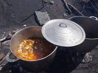 A Sao Filipe, la plage est de sable noir. Le premier mai, des plats traditionnels (ragoûts de porc, de cabri) y sont cuisinés puis partagés. La plage fait face à Brava, les courants empêchent la baignade.