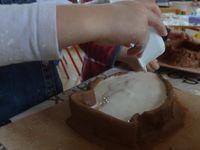 Les élèves réalisent  des dessins selon un thème travaillé en amont,  à partir desquels, sur une base en argile,  ils reproduisent leur forme et mettent en évidence les éléments importants aidant à la lisibilité de leur projet (modelage). Les enfants peuvent créer des empreintes à  l'aide de différents outils. Un «  barrage » en argile est ensuite réalisé afin de construire un moule pouvant venir recevoir le plâtre. Une fois les réalisations  démoulées, nettoyées, poncées légèrement, les élèves les peignent  avec des encres diluées. Ecole maternelle, Françoise Dolto, PS, MS et GS,  Paulhan, 2016