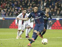 Cavani offre la victoire contre Lyon