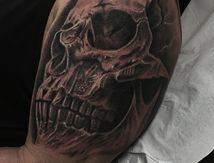 tatouage gros crane epaule