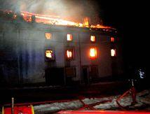 Violent incendie au centre du village