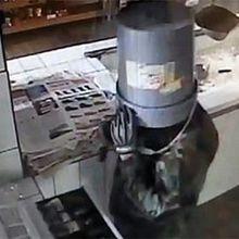 Entró a robar con un balde en la cabeza - Javier Fernández