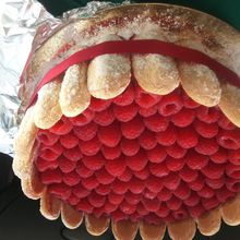 CHARLOTTES AUX FRAMBOISES                                             Ingredients :   140 g de sucre en poudre - 6 feuilles de gelatine - 500 g de framboises - 100 g de fruits rouges - 40 cl de creme liquide - 1 sachet de sucre vanillé - biscuits à la cuillere                                                                                           Recette :  Faire tremper la gelatine dans un bol d'eau froide. Mixer les framboises jusqu'à obtenir une purée lisse. Prendre 1/4 du coulis et le faire chauffer doucement à la casserole en ajoutant la gelatine essorée et le sucre. Melanger ce coulis chaud au froid et laisser tiédir. Fouetter la creme liquide afin de realiser une chantilly, ajouter le sucre vanillée, puis l'incorporer au coulis de framboise à la spatule de manière a ne pas faire retomber la creme. Tailler les biscuits et les disposer coté bombé contre le moule. Remplir le fond du moule et verser la creme. Reserver une nuit au frais puis disposer les fruits rouges.