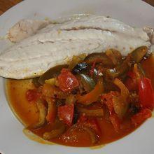 Maigre en tagine sur lit poivron, tomate et curcuma