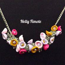 Nelly Fimote un petit collier de fleurs
