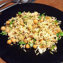 Riz aux épices, graines, pois chiches et herbes fraîches : recette express pour cuisiniers pressés