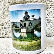 """BOUTIQUE : Mug porcelaine """"Pont d'Avignon"""" personnalisable par le prénom, imprimé des photos originales de Jean Robin."""