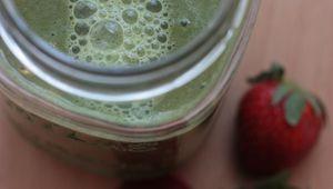 Smoothie vert : kale, pomme, fraises et citron