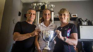 La niña almeriense que no tenía dinero para viajar a Roland Garros y ganó el torneo