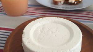 Si vous avez 1 litre de lait, 1 yaourt et un demi-citron, vous êtes prêt à préparer le meilleur fromage maison!