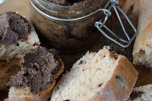 Pain aux olives et tomates séchées & tapenade
