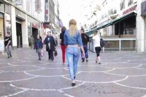 """Buzz : Elle se ballade """"cul nu"""" dans les rues de Lille (vidéo)"""