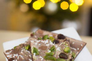 Recette du chocolat de fêtes en plaques à casser, avec praliné, pistaches, coco et raisins secs