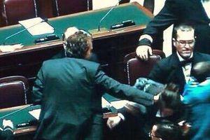 Deputata 5 stelle presa a schiaffi-Boldrini impone la tagliola