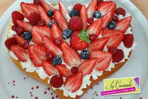 Gâteau aux fruits rouges sur crème au mascarpone fouettée
