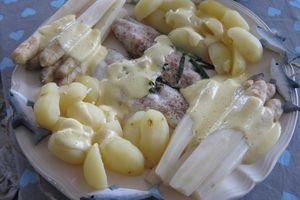 filet de bar,asperges et pommes-de-terre vapeur,sauce hollandaise crémeuse