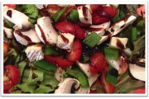 Salade de tomates, poivrons, champignons et brie