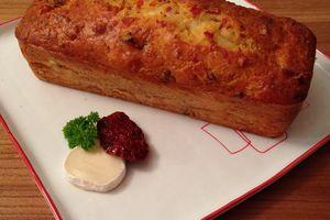 Cake au chèvre, bacon et tomate séchée