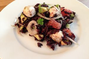 Salade de riz noir à l'avocat, pamplemousse et mozzarella