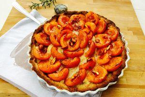 Tarte aux abricots, vanille, romarin et amandes croquantes