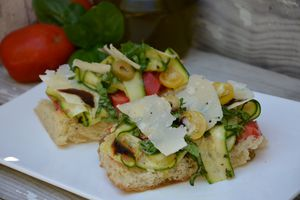Tartines courgettes, tomates, parmesan, basilic, balsamique