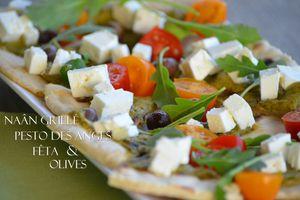 Naâns grillés, pesto, fêta et olives