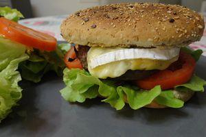 Sandwich chaud au steak hâché, camembert et moutarde aux noix