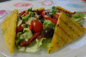 Polenta grillée, salade verte, olives et tomates séchées