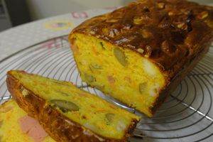 Cake olives, saucisses et fromage