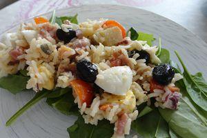 Salade de riz, artichauts, jambon, câpres
