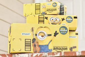 Amazon met en scène les minions sur ses mythiques cartons d'emballage.