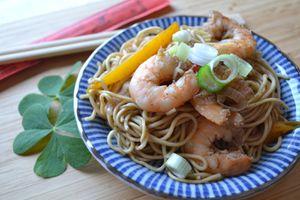 Nouilles aux oeufs, crevettes poivron et sauce soja épicée