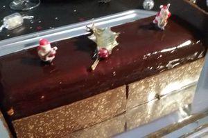 Bûche chocolat insert caramel et croustillant praliné